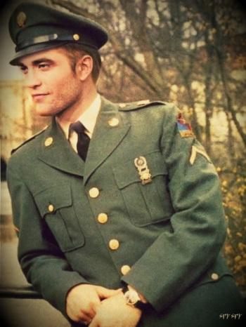 Robert Pattinson vestido de oficial (obs: é uma montagem)